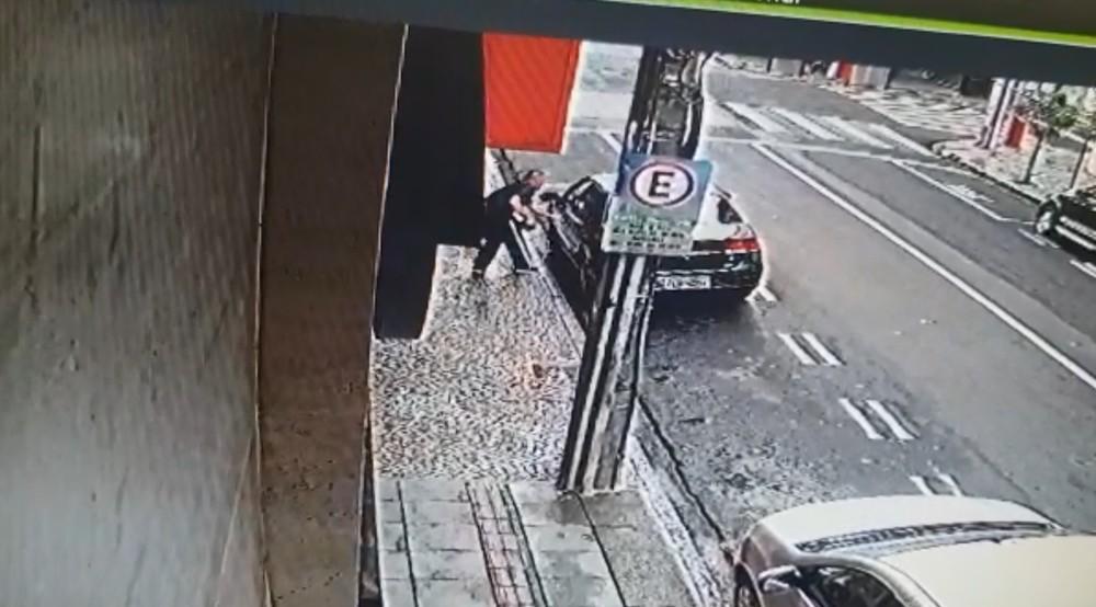Homem foge da cadeia e sequestra mulher em Rio Preto
