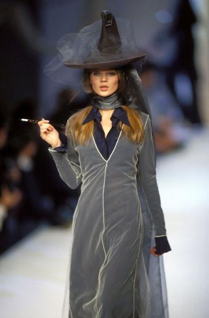 Halloween anos 90 desfile Kate Moss