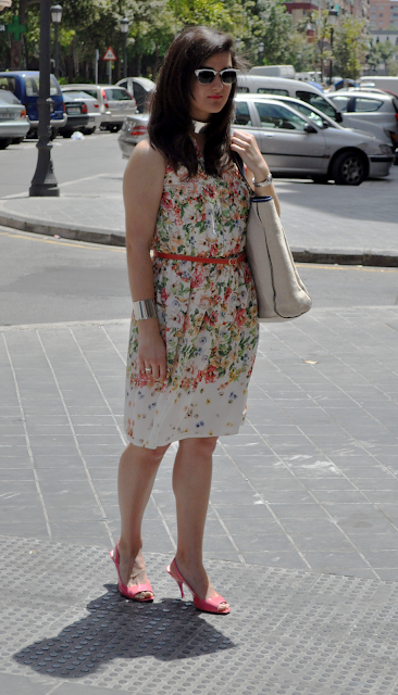 something fashion floral dress valencia moda streetstyle how to wear, spring outfit ideas sandals, levi's backpack choker accessories