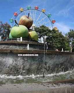 Tugu Apel di Alun-alun Batu