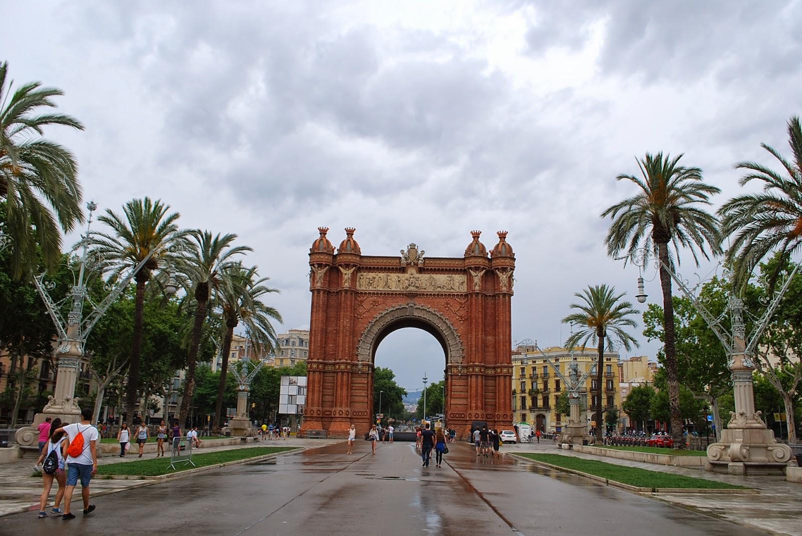 Триумфальная арка построенная ко Всемирной выставке 1888 г. и служившая главными воротами. Парк Цитадели (Сьютаделья, Ciutadella), Барселона, Каталония, Испания. Parc de la Ciutadella, Barcelona, Catalonia, Spain