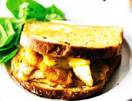 Sandwich de pollo y queso Gouda fundido