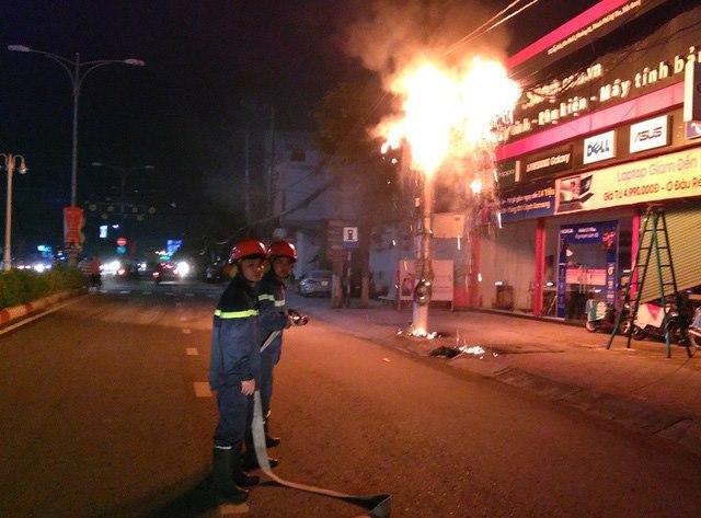Cột điện bất ngờ bốc cháy