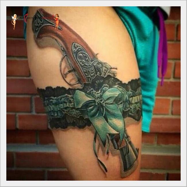 Tatuagens de liga na perna sedutoras e penaminosas