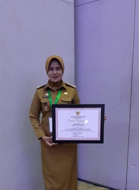 Nur Alam, Raih Penghargaan Sebagai Lurah Berkinerja Terbaik 2018 Dari Wali Kota Makassar