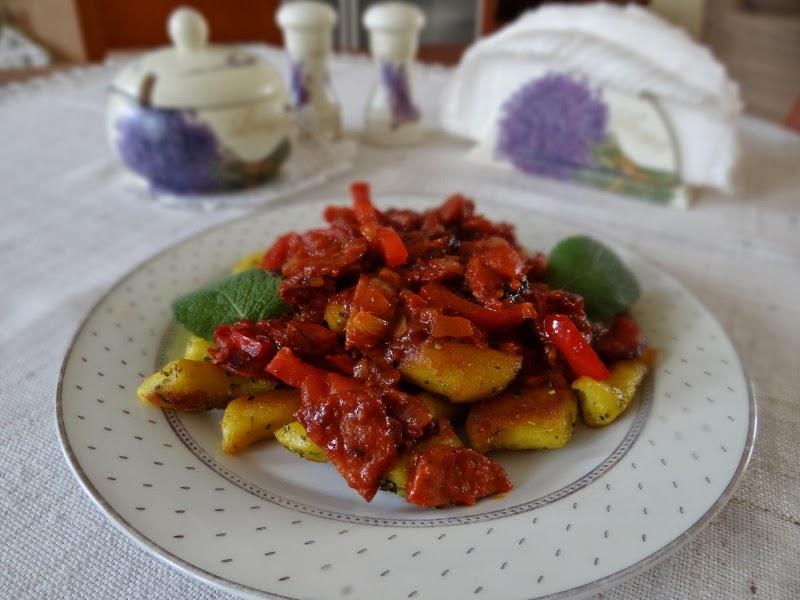 Smażone kopytka z sosem pomidorowo-paprykowym