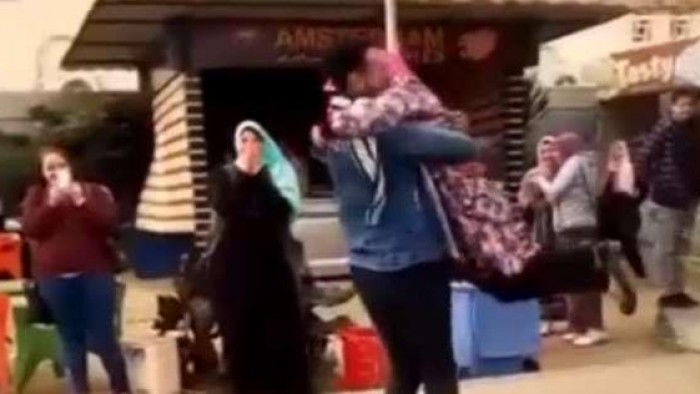 كيف عاقبت الجامعة طالبة الأزهر التي حضنها زميلها في ساحة الكلية ؟