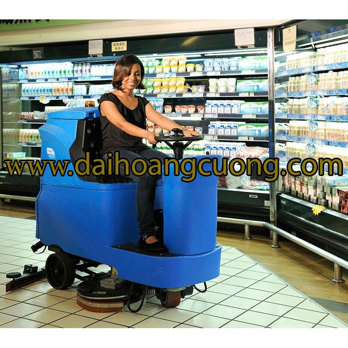 chà sàn ngồi lái trong siêu thị