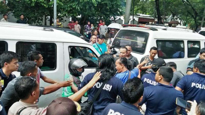 Sopir angkot mencegat driver ojek online di Semarang