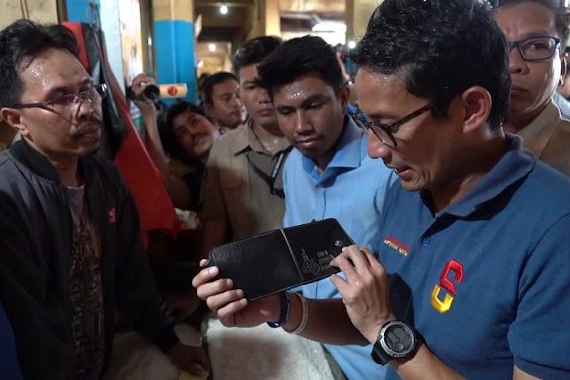Seorang Pedagang Tiba-tiba Beri Dompet Berisi Uang ke Sandiaga Uno
