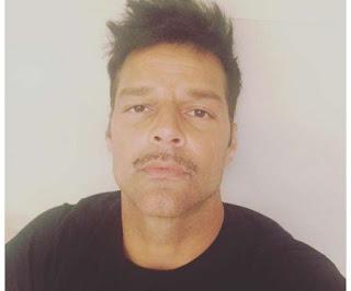 Ricky Martin con bigote