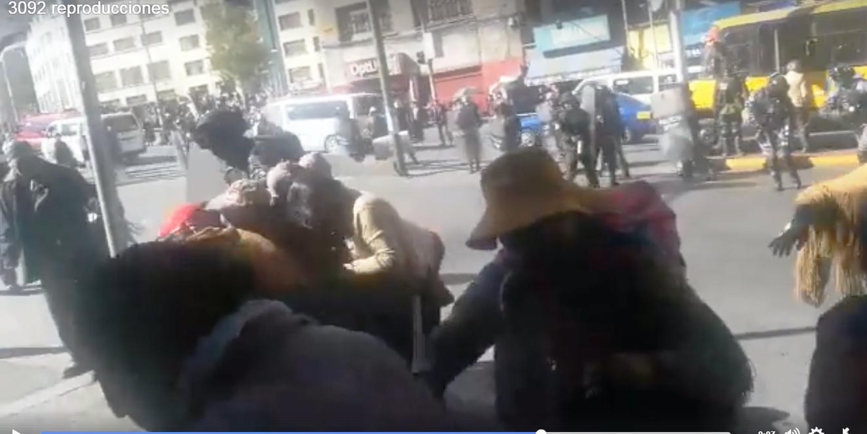Comunarios de Achacachi bloqueaban av. Mscal Santa Cruz y fueron gasificados por la UTOP
