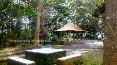 Gazebo dan bangku taman yang nyaman di hutan kota Bungkirit