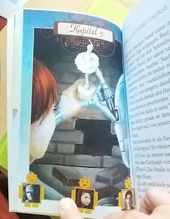 das Cover zeigt ein Kind und Sharj als Roboter vor einem Loch in einer Mauer