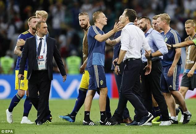 Bị khiêu khích, Thụy Điển lao vào choảng nhau với Đức 4