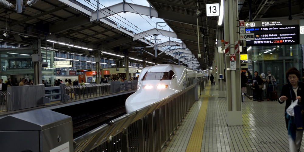 Shinkansen arriving at Kyoto station by betitusquest