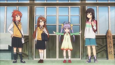 Vier Mädchen stehen vor einer Dorfschule; die pferdeschwänzige Natsumi, die langhaarige und kleinere Komari, die doppelzöpfige Grundschülerin Renge und Hotaru mit schulterlangen Haaren