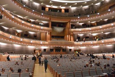 Opéra de Saint Petersbourg La salle de concert : arrivée du public représentation de La dame de PIque