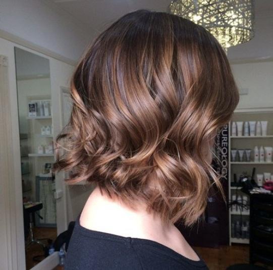 Balayage ofrece dimensión y delicados acentos para agregar a tu peinado. Lo bueno de esta técnica es que tales reflejos crecen de