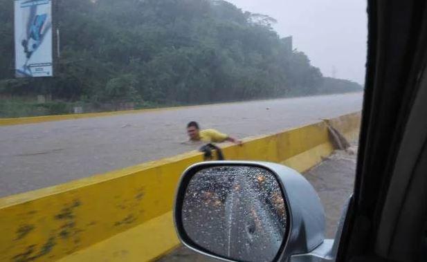 Lluvias inundaron varias partes de Valencia por falta de mantenimiento