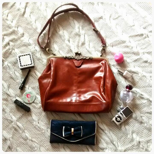 Items Every Girl Should Have in Her Handbag