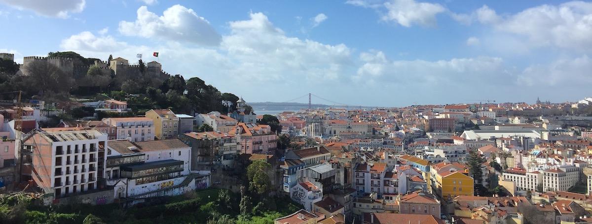 Miradouro da Graca Blick Aussicht Lissabon Rooftop Castelo Brücke