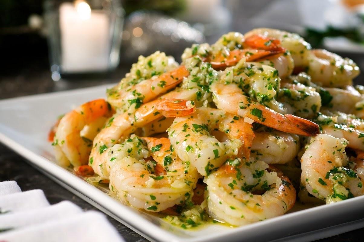 Жареные креветки, готовится блюдо из морепродуктов, концепция.