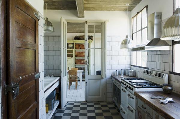 suelo de cocina en blanco y negro