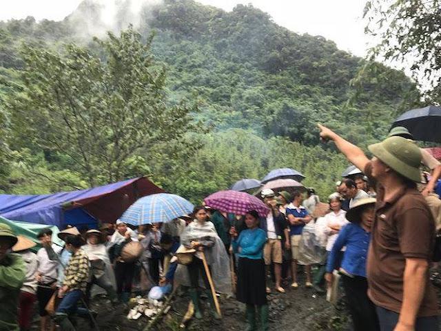 Hàng trăm người dân có mặt trên núi Nà Kèn