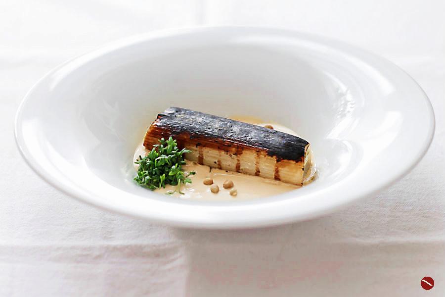 Lauch sous vide, abgeflämmt, mit Miso-Mayonnaise, Kresse und japanischem Sansho-Pfeffer aus der Frühlingsernte. Dazu gibt es edelsüßen Riesling aus Südafrika von Delheim | #lauch #sous_vide #sansho_pfeffer #asiatisch #foodblog #weinblog #lifestyle #blogger #arthurstochter #rezept #menü #supperclub #vegetarisch #für_gäste #besonderes_rezept #weinbegleitung #weinblog #riesling #süßwein #delheim #ludwig_von_kapff #weinhändler ##menü_für_gäste #frühling #ostern #ostermenü #weihnachten #wasserbad #veggie  | Arthurs Tochter kocht. von Astrid Paul. Der Blog für food, wine, travel & love