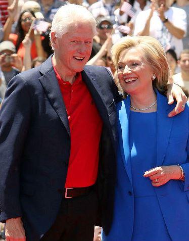 Foto de Bill Clinton parado junto a Hillary Clinton