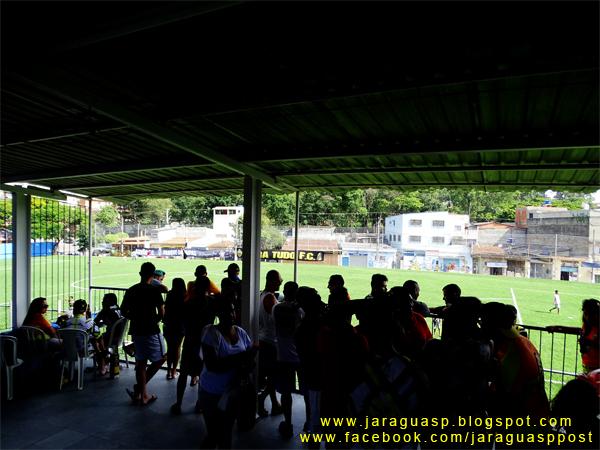 Esse espaço coberto da Arena Taipas é anexo à lanchonete e é livre para o uso de torcedores