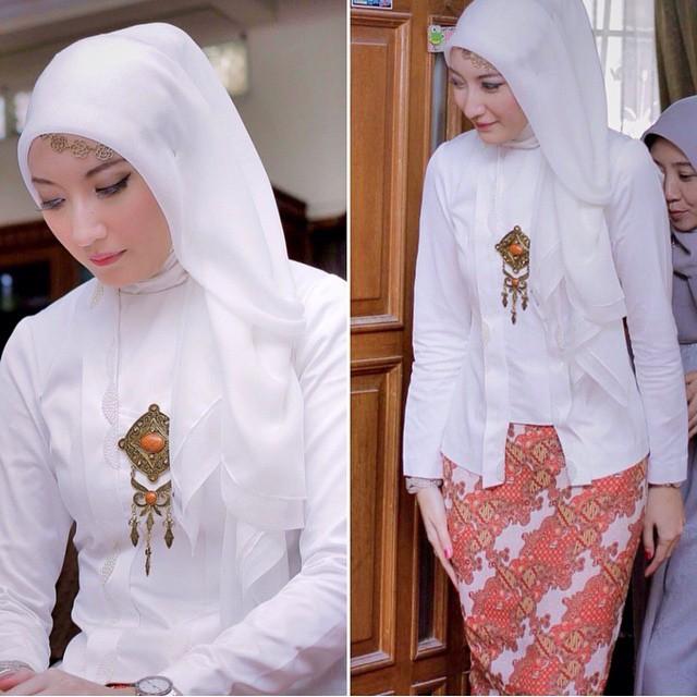 kebaya hijab polos putih dengan rok batik panjang