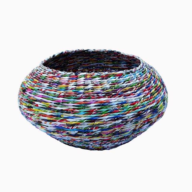 okrągły koszyk z papierowej wikliny