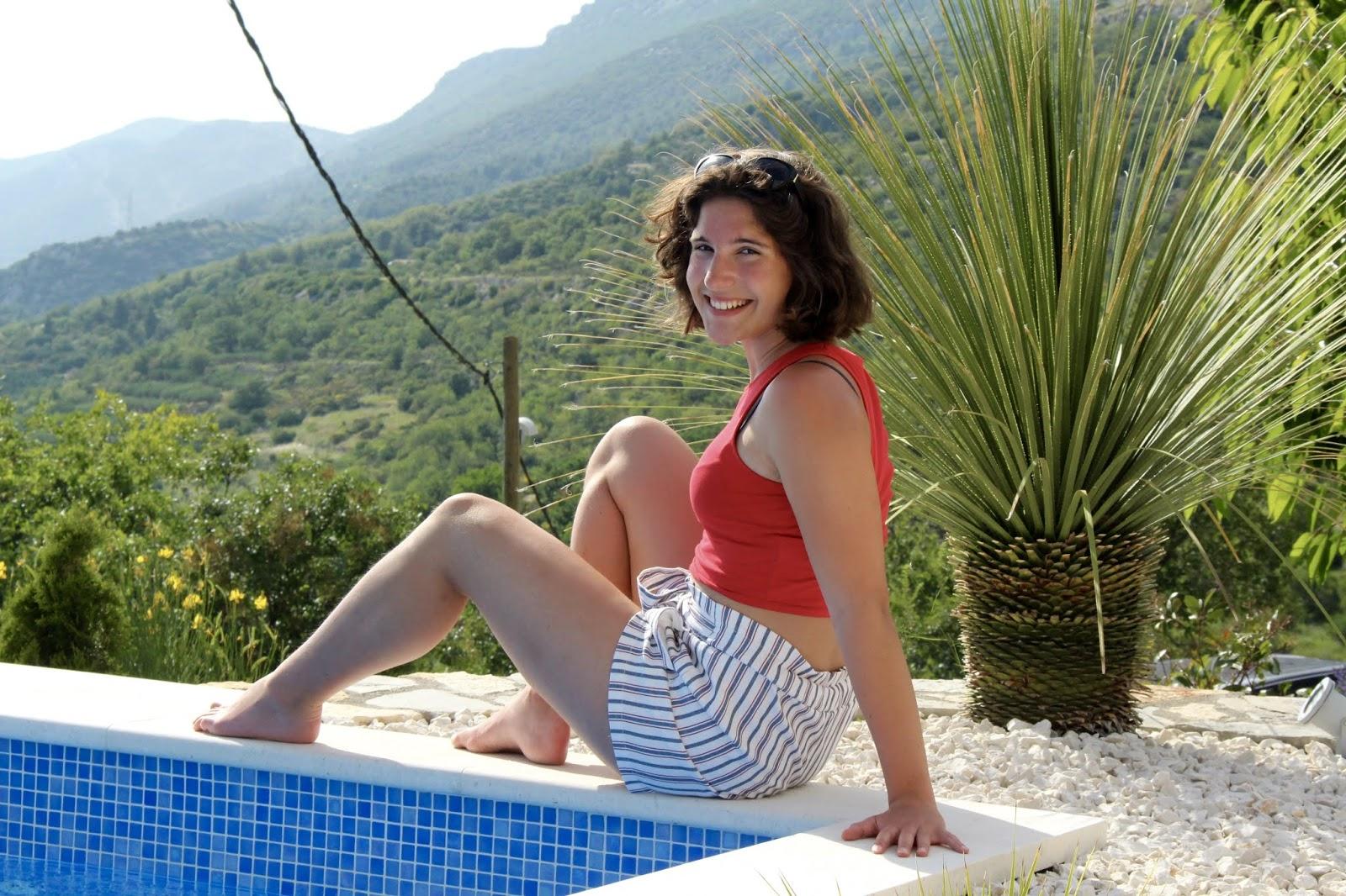 Sophie zeigt euch das wunderschöne Outfit mit Paperbag-Shorts und Cropped-Top in Rot vor der Kulisse des mitteldalmatinischen Kozjaks und an unserem Pool der Villa Hill View in Kastela, Kroatien