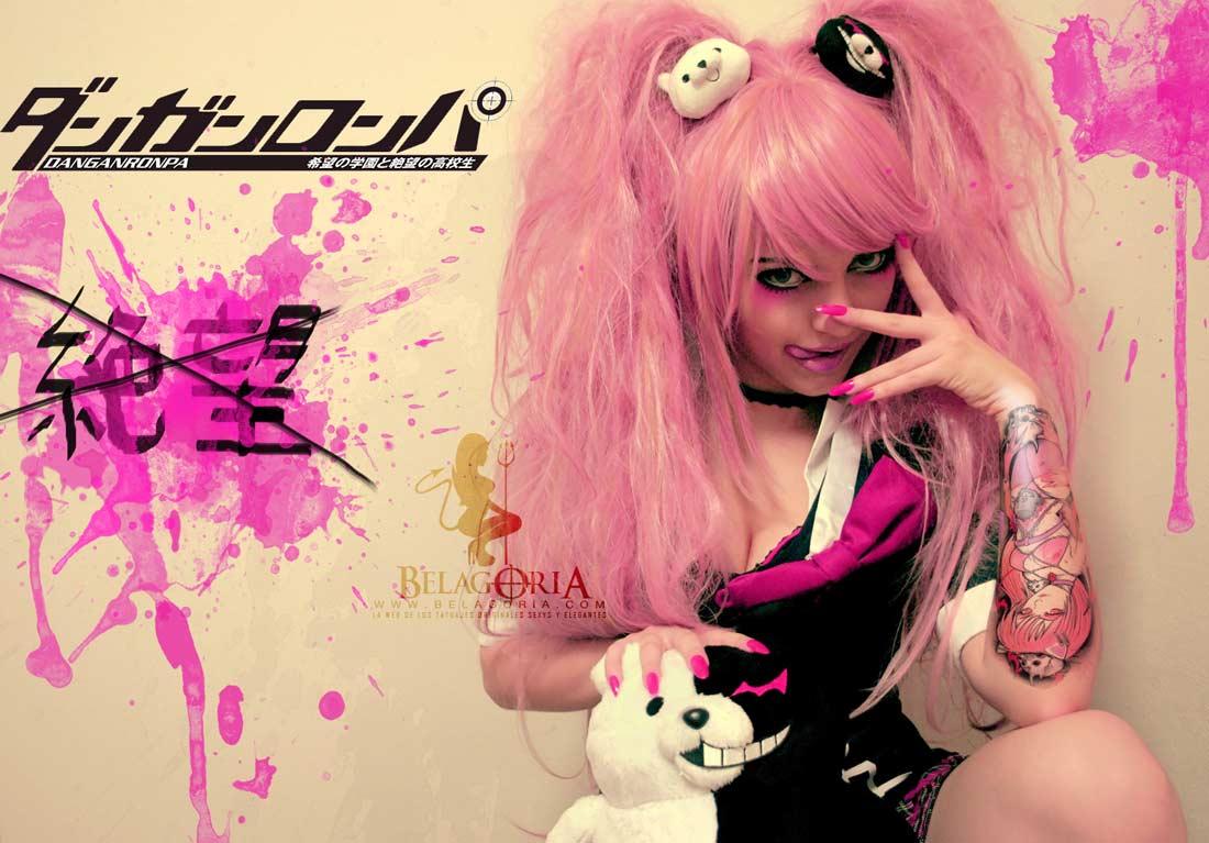 Imagen de una cosplay anime con tatuaje rosa