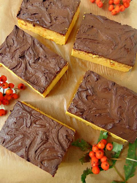Dyniowa kostka sernikowa z polewą czekoladową