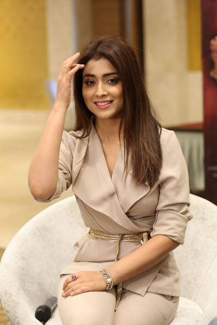 Shriya Saran in Cream Formals At Gautamiputra Satakarni Team Meet 18 (3)