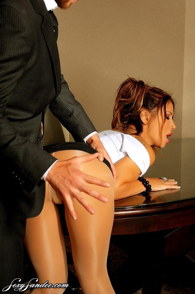 Две секретарши ублажают своего шефа в офисе онлайн, высокие шпильки порно