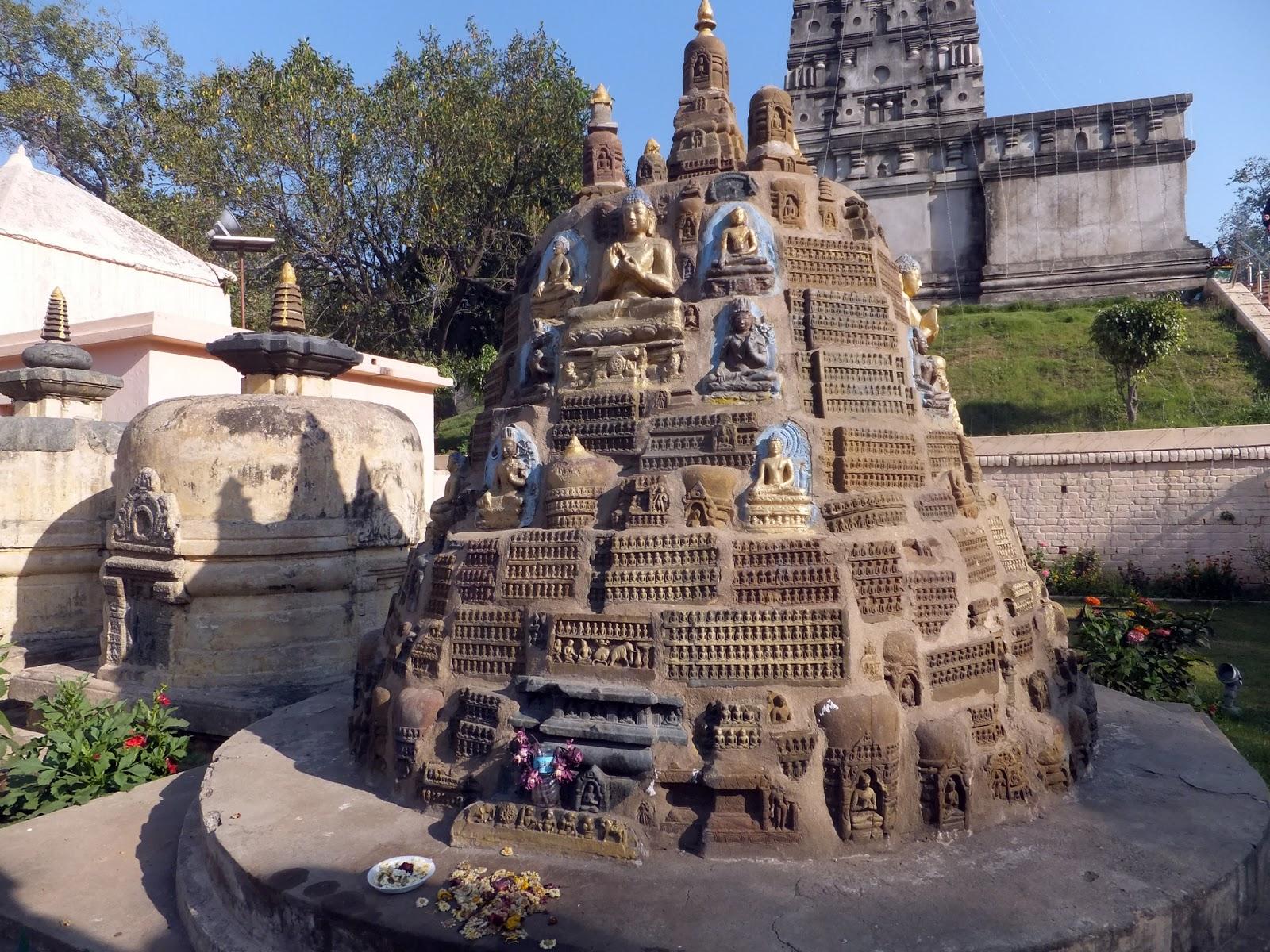 на территории храма Махабоди в Бодхгае