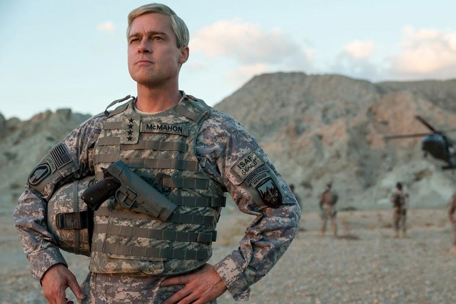 """Brad Pitt passa por um mau momento no Afeganistão no trailer de """"War Machine"""""""