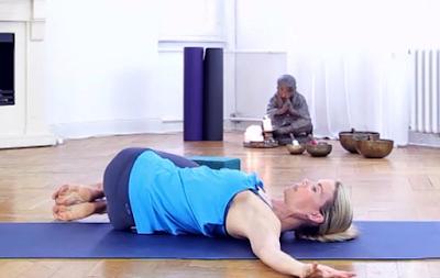 Tư thế nằm vặn người (Supine Twist Yoga pose)