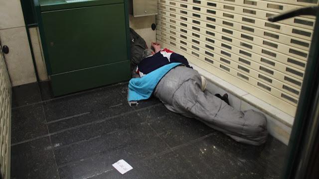Una persona duerme en un cajero en avenida de La Libertad