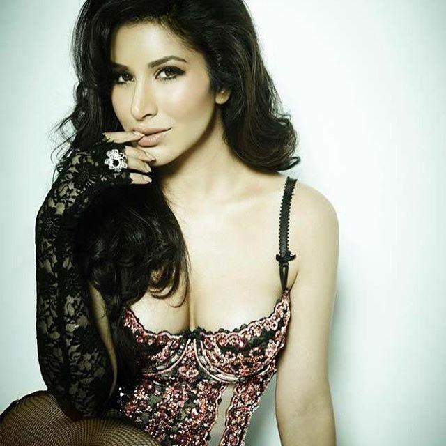 Sophie Choudry Sexy Images