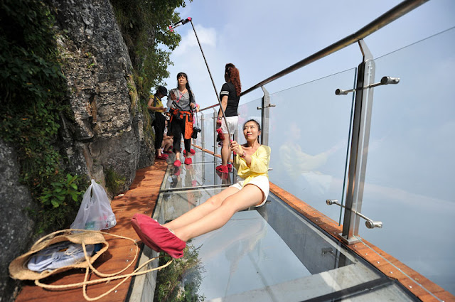 China's Terrifying Great Glass Walkway about 4600ft
