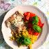 Pstrąg łososiowy z ryżem z jajkiem i salsą pomidorowo-paprykową