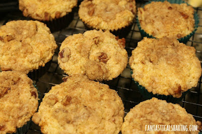 Coffeehouse Coffeecake Muffins #recipe #breakfast #muffins #coffeecake