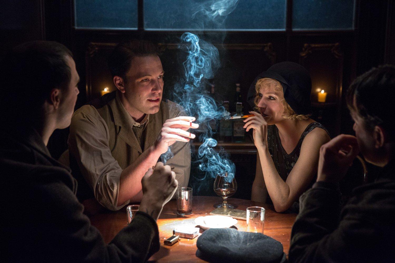 Ben Affleck y Sienna Miller en la película Vivir de Noche