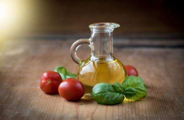 Minyak zaitun nggak hanya membuat kulit sehat, tapi juga membuat bibir kamu lembab dan merah merona