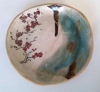 assiette en céramique grès décor engobe, fait à la main, service cerisiers japonais Annapia Sogliani handmade contemporary  ceramic plates japanese set, made in Paris,  piatti in ceramica fatti e decorati a mano